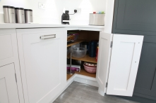 Clever shelving positions in corner cupboards